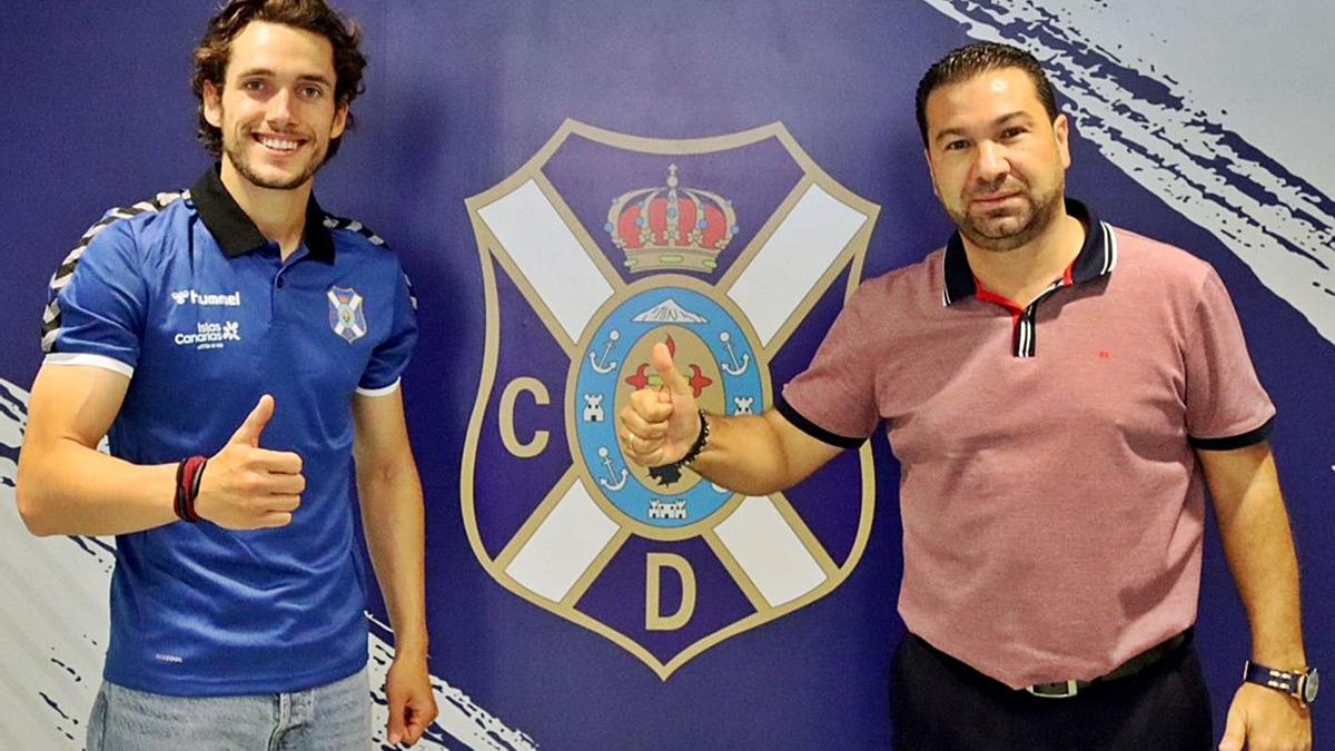 Álex Corredera y Juan Carlos Cordero, en la sede del CD Tenerife en el Heliodoro Rodríguez López. | | CDT
