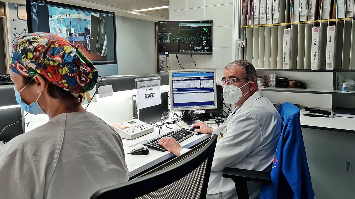 Francisco José Ruiz, jefe de Neumología, realiza el seguimiento de un paciente con coronavirus ingresado en la UCRI de la Arrixaca. | ARRIXACA