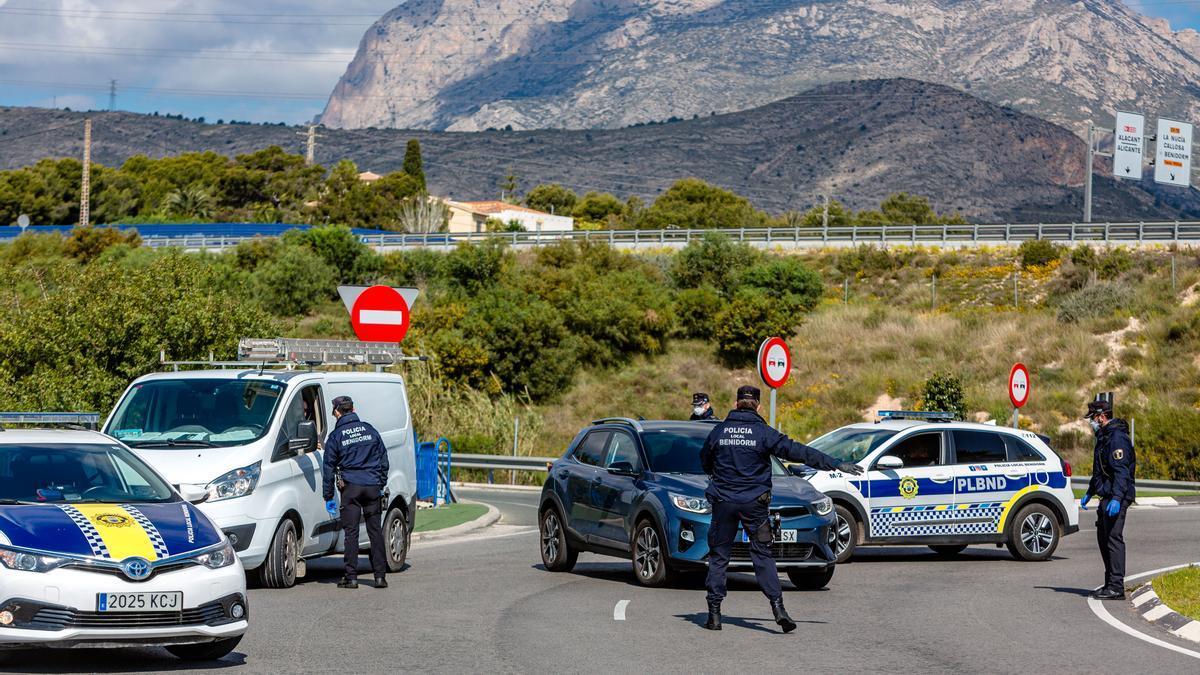 Uno de los controles policiales en los accesos principales a Benidorm, durante el primer estado de alarma.