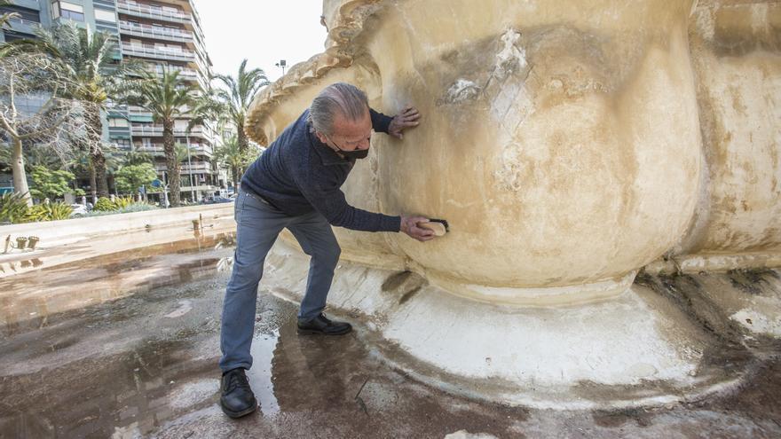 Un espontáneo limpia a mano la fuente de Luceros