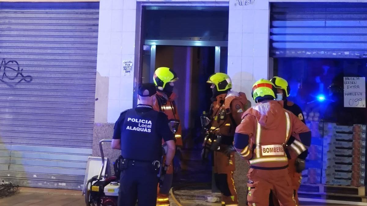Los bomberos a la entrada del edificio de Alaquàs