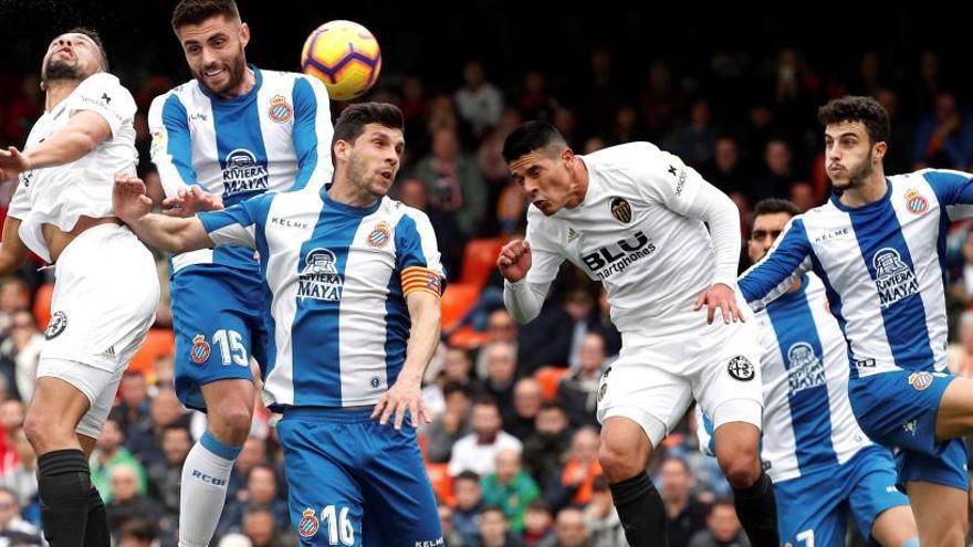 L'Espanyol resisteix a Mestalla