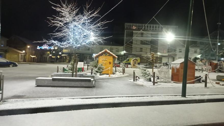 El frío llega con nieve que pinta de blanco la montaña de A Coruña