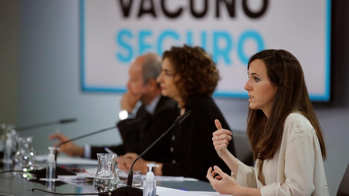 Los ministros Ione Belarra (d), María Jesús Montero (c) y Juan Carlos Campo.