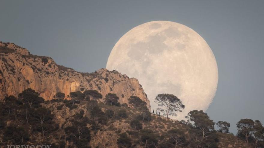 Caminando bajo la Luna en la sierra del Cid de Petrer
