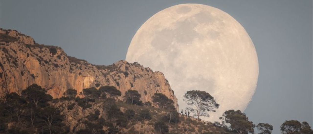 La Luna llena sobre la sierra del Cid en Petrer.