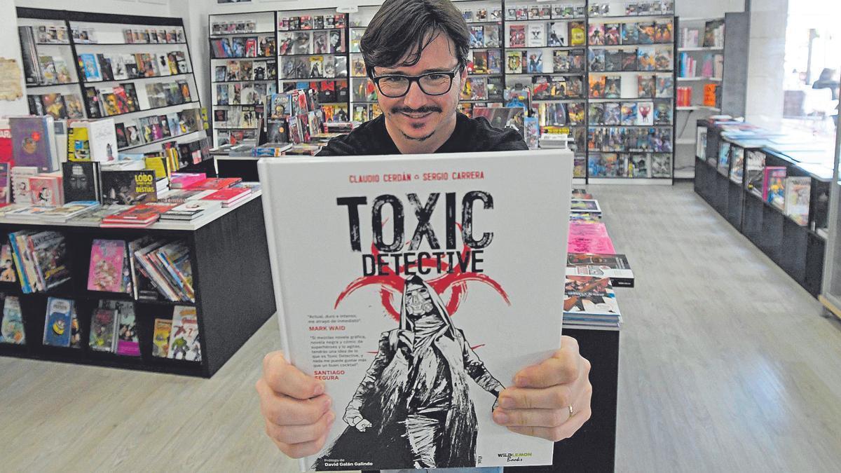Claudio Cerdán posa en la librería 7 héroes con 'Toxic detective'.