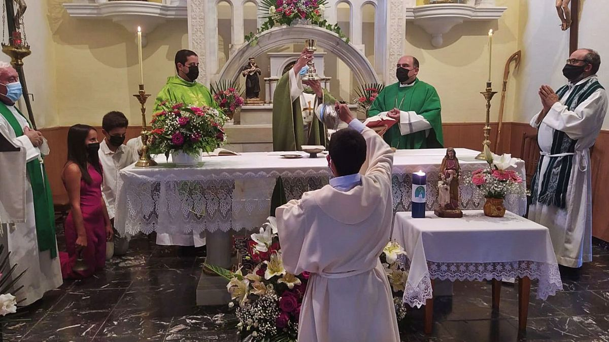 Misa cooficiada por el obispo en Valer para despedir a Fernando Lorenzo y recibir al nuevo párroco. | Chany Sebastián