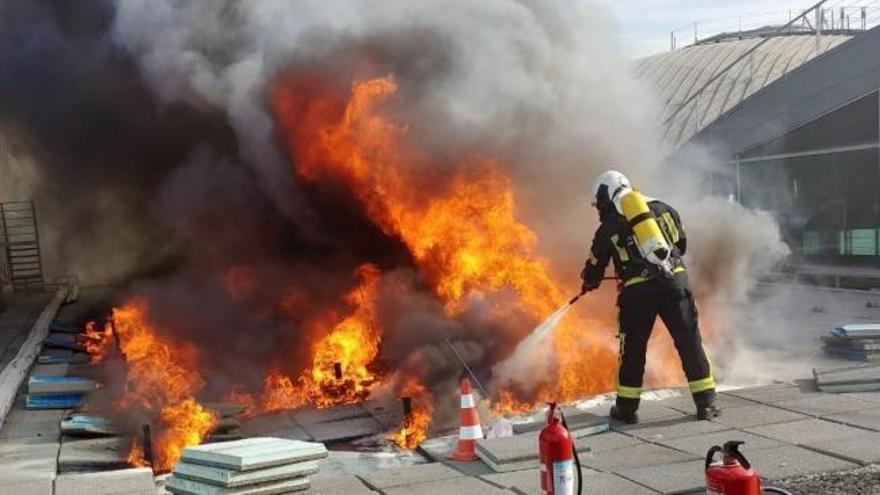 El incendio del aeropuerto de Alicante-Elche mantiene cerrado el tráfico aéreo