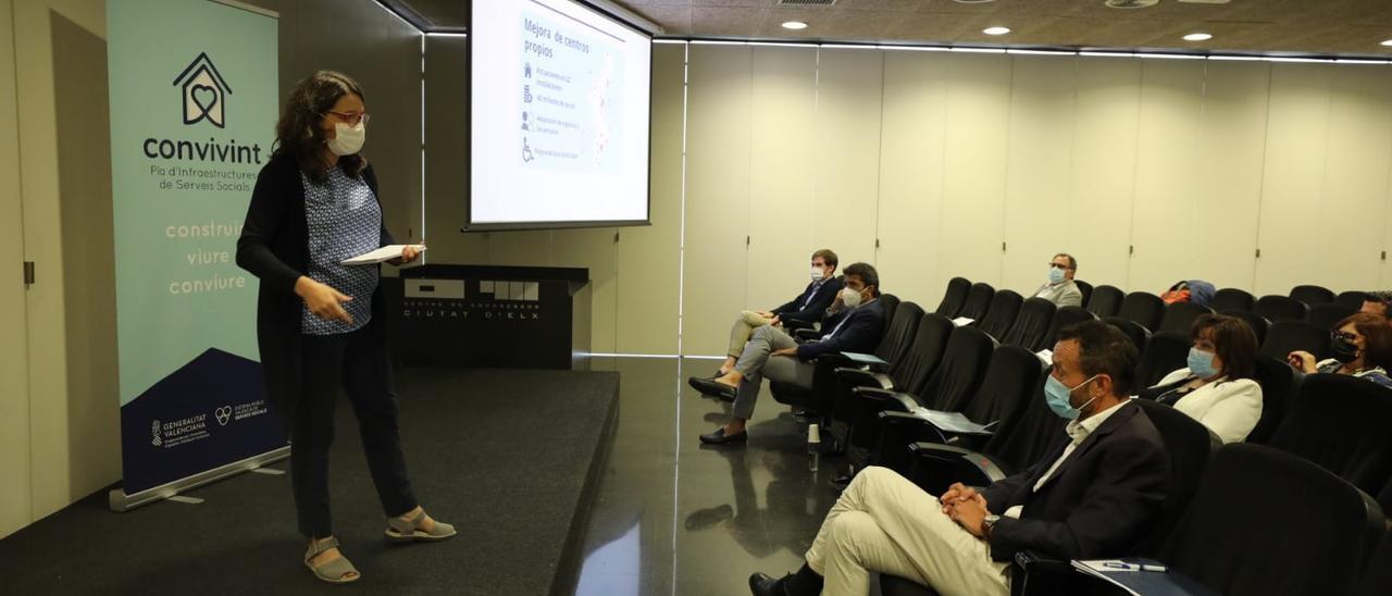 La vicepresidenta del Consell, Mónica Oltra, presentando este martes las claves del Plan Convivint en Elche