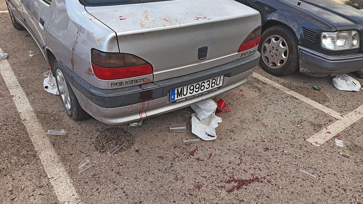 Sangre en el suelo en el lugar donde se celebró el botellón que acabó con cuatro heridos. | L.O.