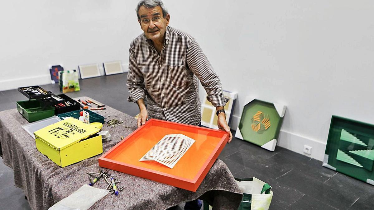 José Santamarina, ayer, durante el montaje de su muestra en la galería Cornión. | Marcos León