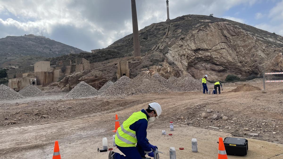 Un técnico realizando la limpieza superficial del suelo de Peñarroya.