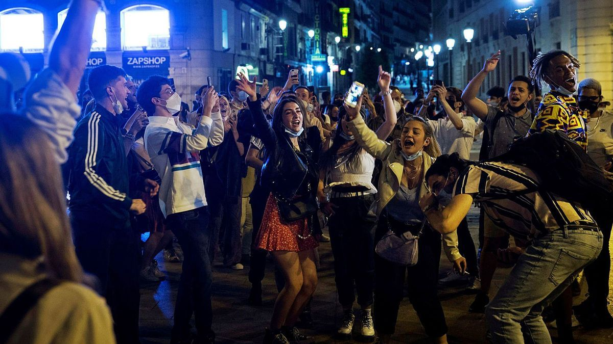 En la imagen superior, un grupo de jóvenes sin mascarilla en la Puerta del Sol de Madrid. Abajo a la izquierda, un joven bebe cerveza en Sol. A la derecha, aglomeración de personas la pasada noche del sábado en Barcelona. | agencias