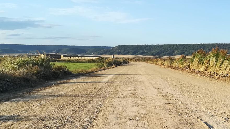 Ejea acondiciona un camino rural de acceso a granjas y campos
