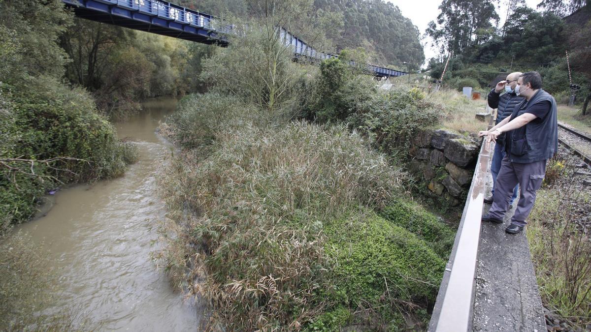 Néstor Alves y Juan Carlos García Nicieza señalan el cauce del río Aboño a su paso por Veriña.