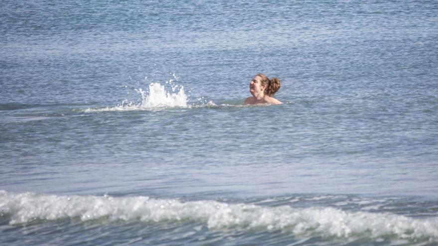 Primeros baños de 2021 en las playas alicantinas