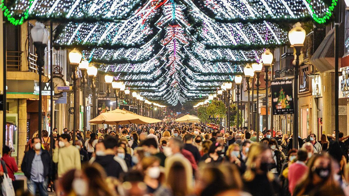 La zona comercial Triana abarrotada de gente en la tarde noche de la pasada víspera de Reyes. | | JOSÉ CARLOS GUERRA