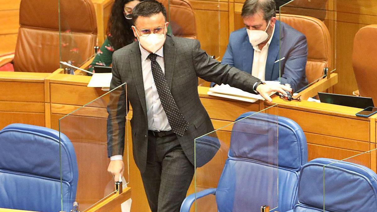 El conselleiro de Medio Rural, ayer en el Parlamento.     // XOÁN ÁLVAREZ