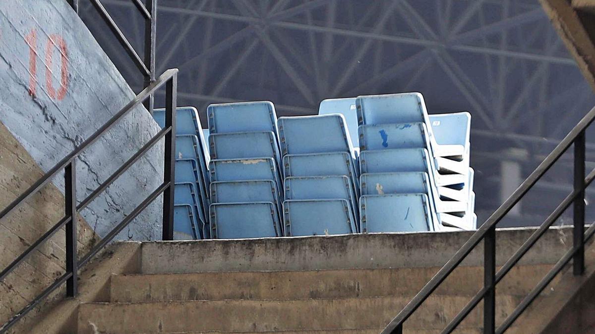 Los asientos de la grada de Marcador recién retirados, ayer, en el interior del estadio. |   // PABLO HERNÁNDEZ