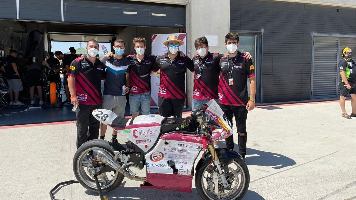 Els membres de l'equip amb la motocicleta