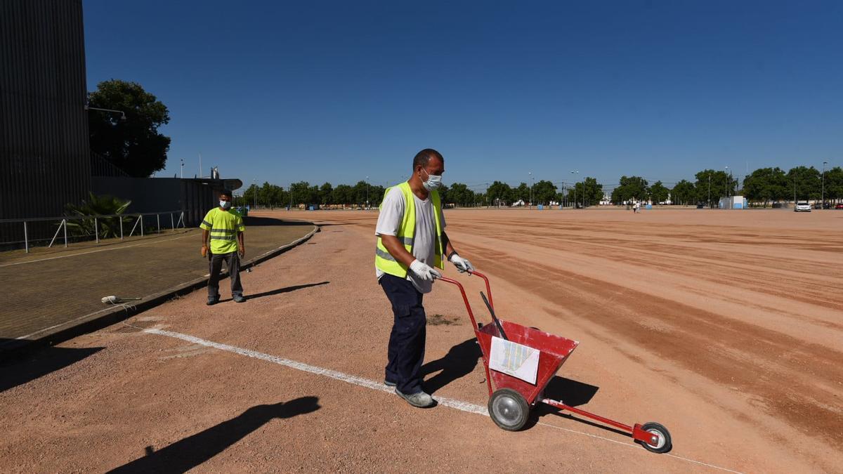 Trabajadores preparan el terreno de El Arenal, donde se instalarán las atracciones.