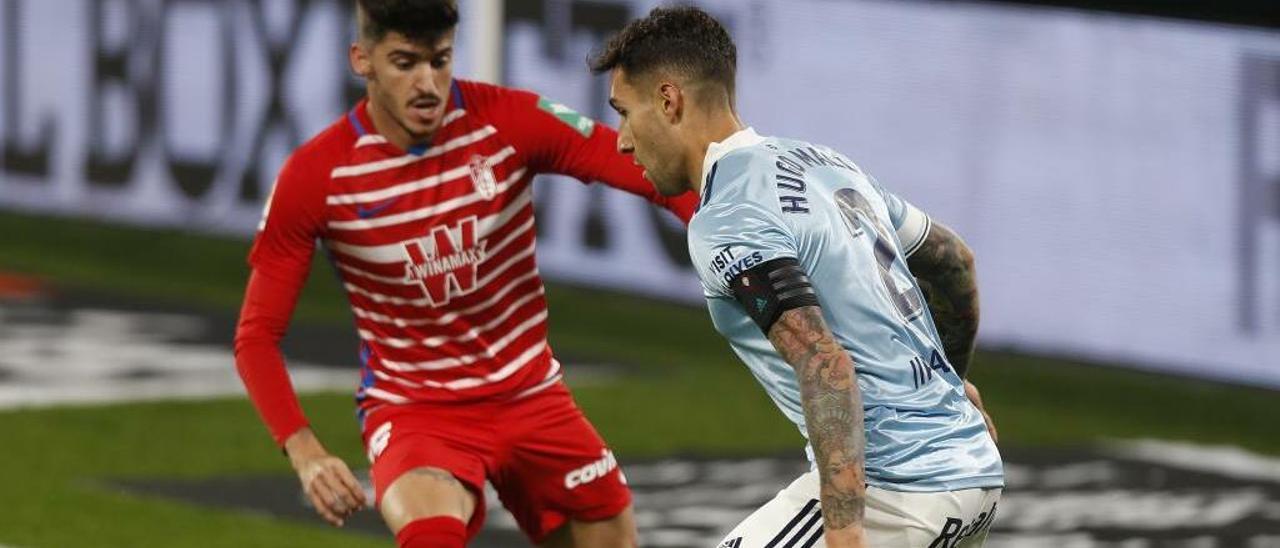 Hugo Mallo encara a Carlos Neva durante el partido contra el Granada.
