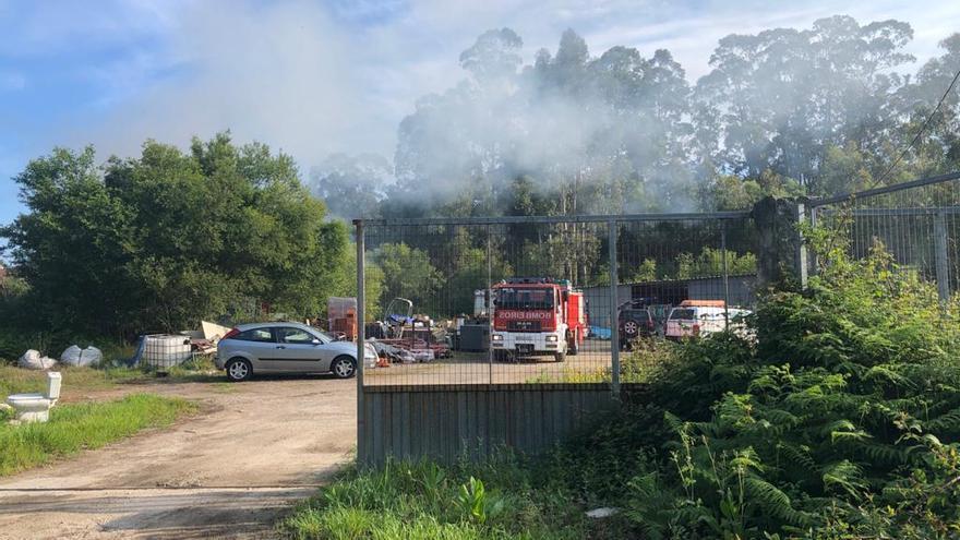 Los bomberos intervienen en una quema de rastrojos descontrolada en Cangas