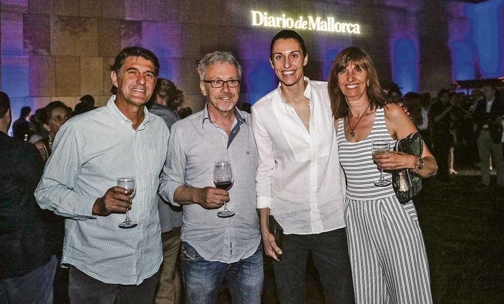 Miquel Àngel Torrens y Maria Salom, padres de Alba, la campeona de Europa de baloncesto y premiada por Diario de Mallorca, compartieron la alegría del premio con su amigo y vecino, el pintor Luis Maraver.