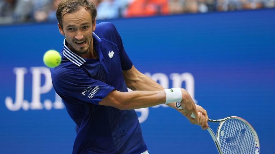 Medvedev arrolla a Djokovic e impide que el serbio haga historia