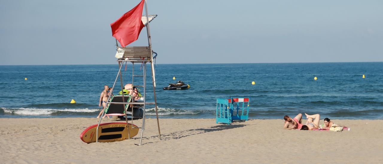 Castelló desconoce el origen del vertido que ha provocado el cierre de la playa del Gurugú