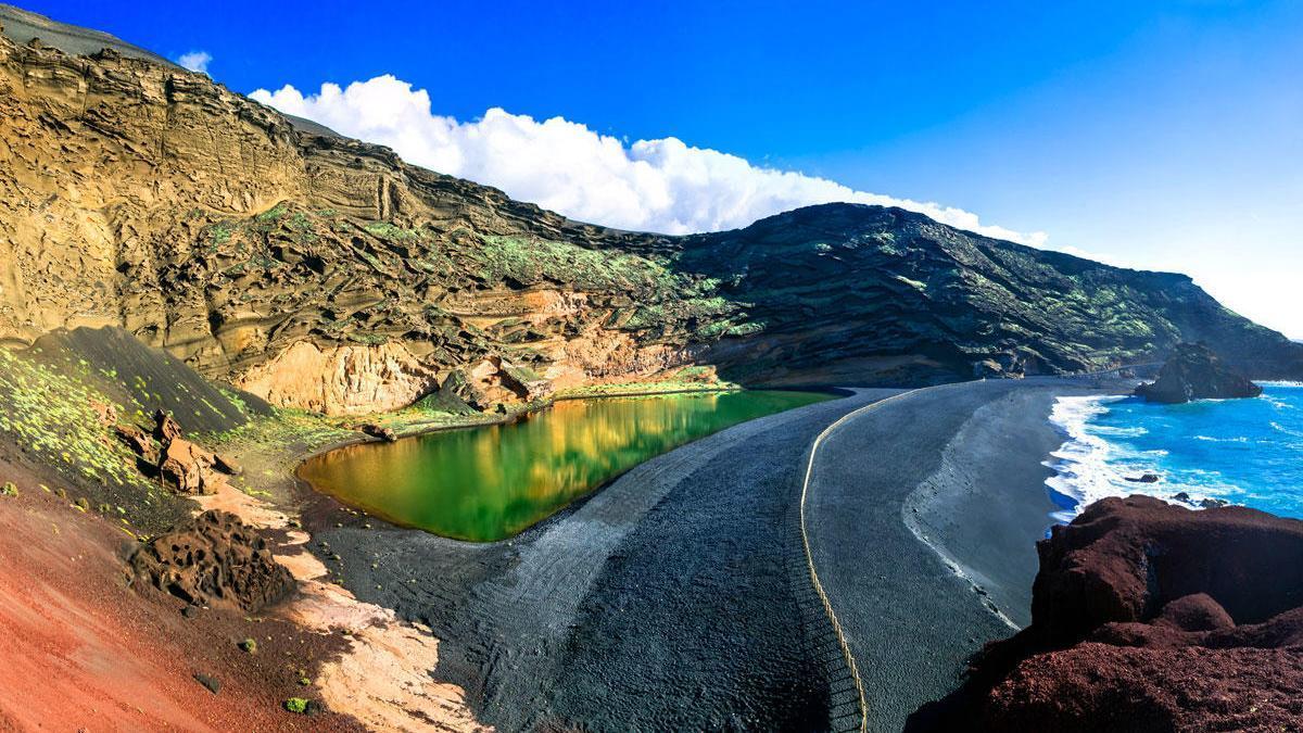 El Golfo con Lago Verde y playa de arena negra, en Lanzarote.