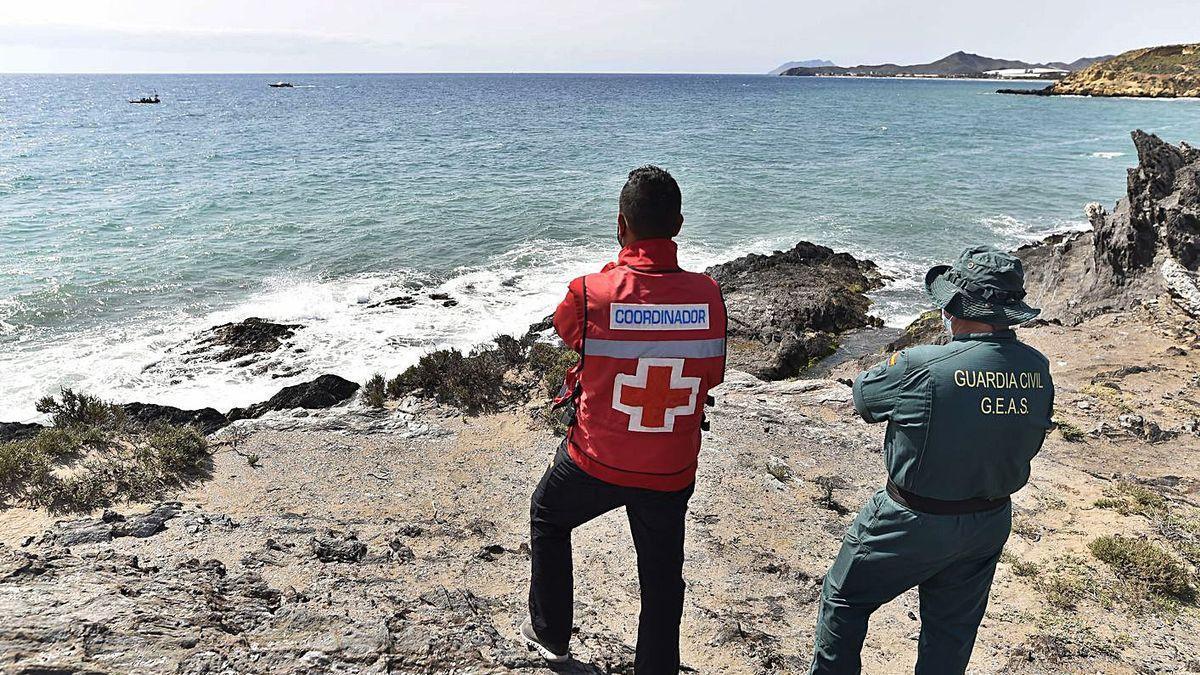 Efectivos de la Cruz Roja, Guardia Civil, Protección Civil y Salvamento Marítimo, en el dispositivo para encontrar a los migrantes.