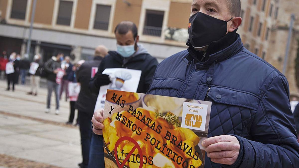 Uno de los manifestantes con una pancarta en contra de la clase política