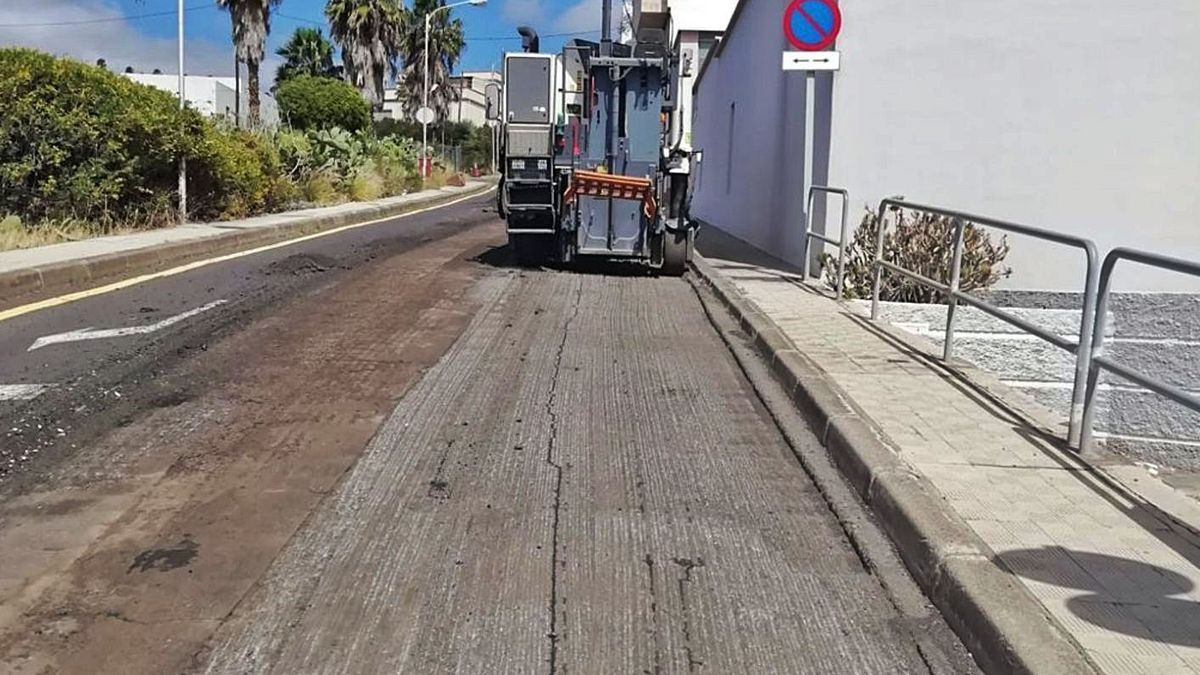 Trabajo de asfaltado en la calle de La Monja, en el distrito Suroeste de la capital tinerfeña. | | E.D.