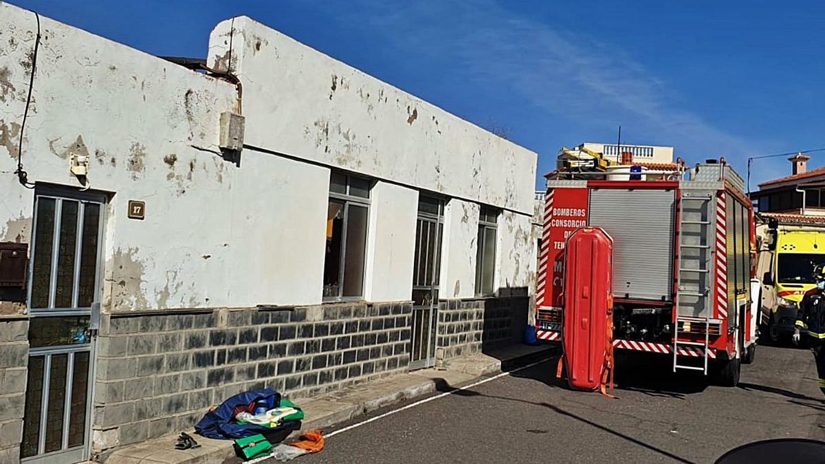La fachada de la casa de Alan Kidwell el pasado lunes, durante el operativo de rescate de los bomberos.