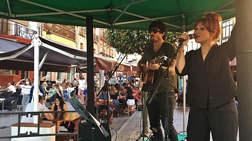 Ambiente en la calle para festejar San Antonio en Cangas de Onís