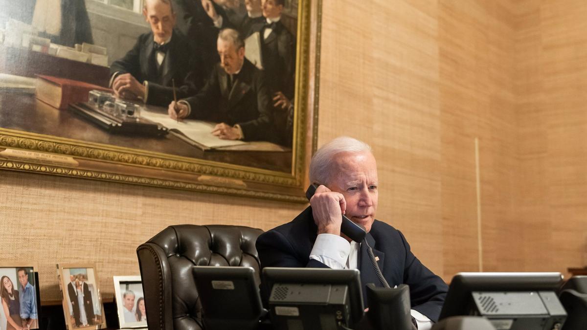 El presidente de Estados Unidos, Joe Biden, hablando por teléfono.
