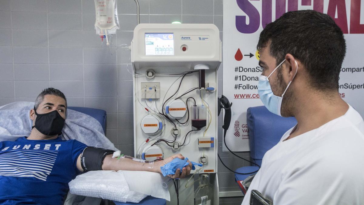 Un paciente que ha padecido coronavirus dona su plasma en el Centro de Transfusión de la provincia, ubicado en el Hospital de Sant Joan.