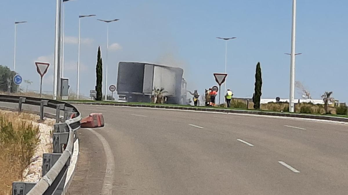 Arde un camión en la rotonda de entrada de Cabezo de Torres a la autovía