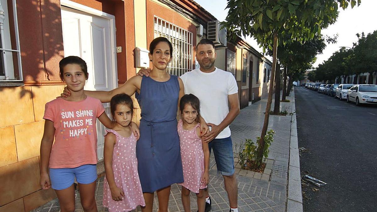 Familia del Campo de la Verdad. Toñi con su marido y sus hijas.