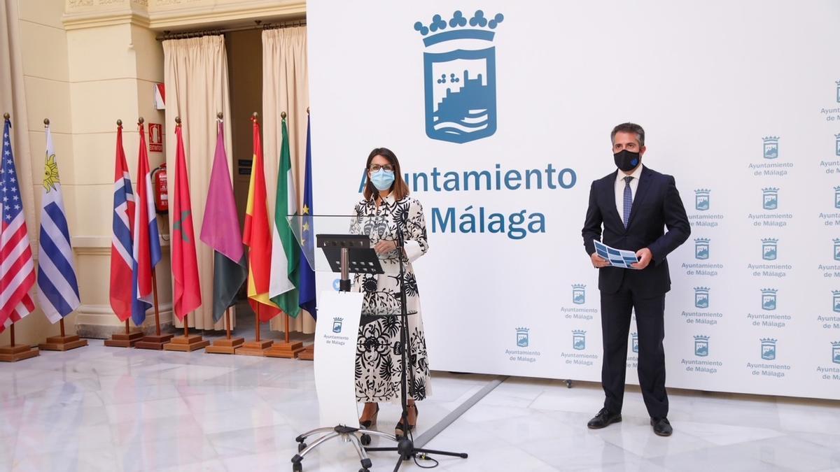 La portavoz del equipo de gobierno de Málaga, Susana Carillo,  y el concejal de Economía y del distrito Este, Carlos Conde