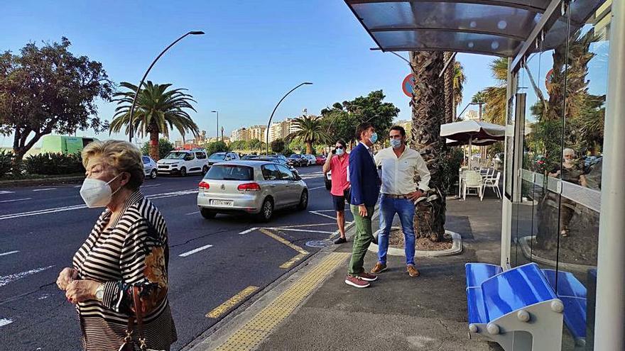 Servicios Públicos instala una nueva marquesina en la Avenida de Anaga