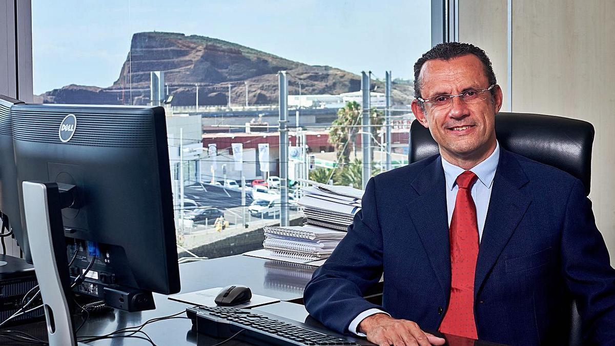 Andrés Muñoz, en su despacho de Metrotenerife .