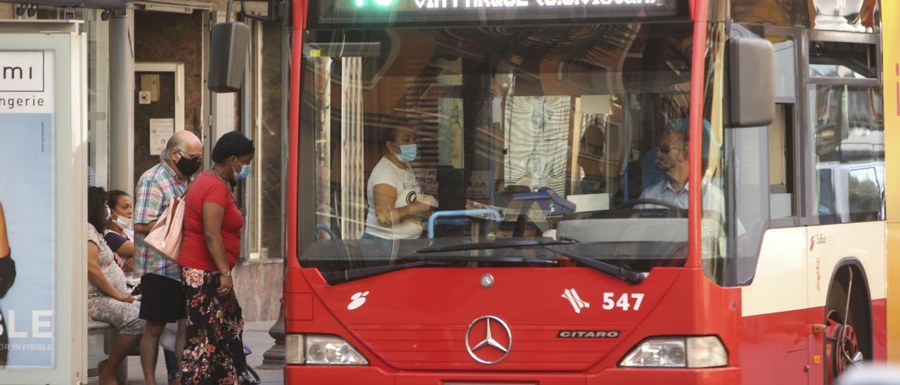 Personas esperando el autobús en el centro de Alicante