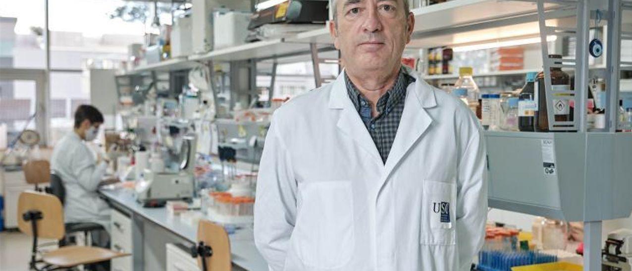 José Martínez Costas, en el laboratorio de la USC.