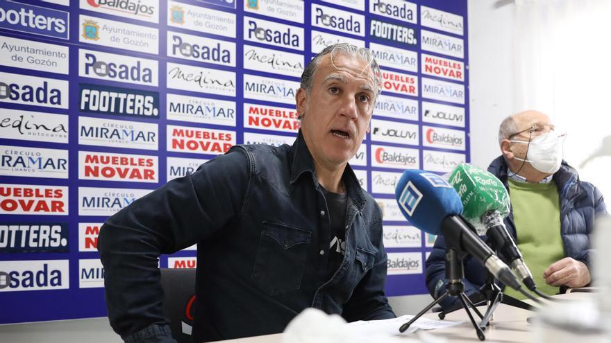 Oli, durante la rueda de prensa de su despedida, con Luis Gallego a su izquierda.