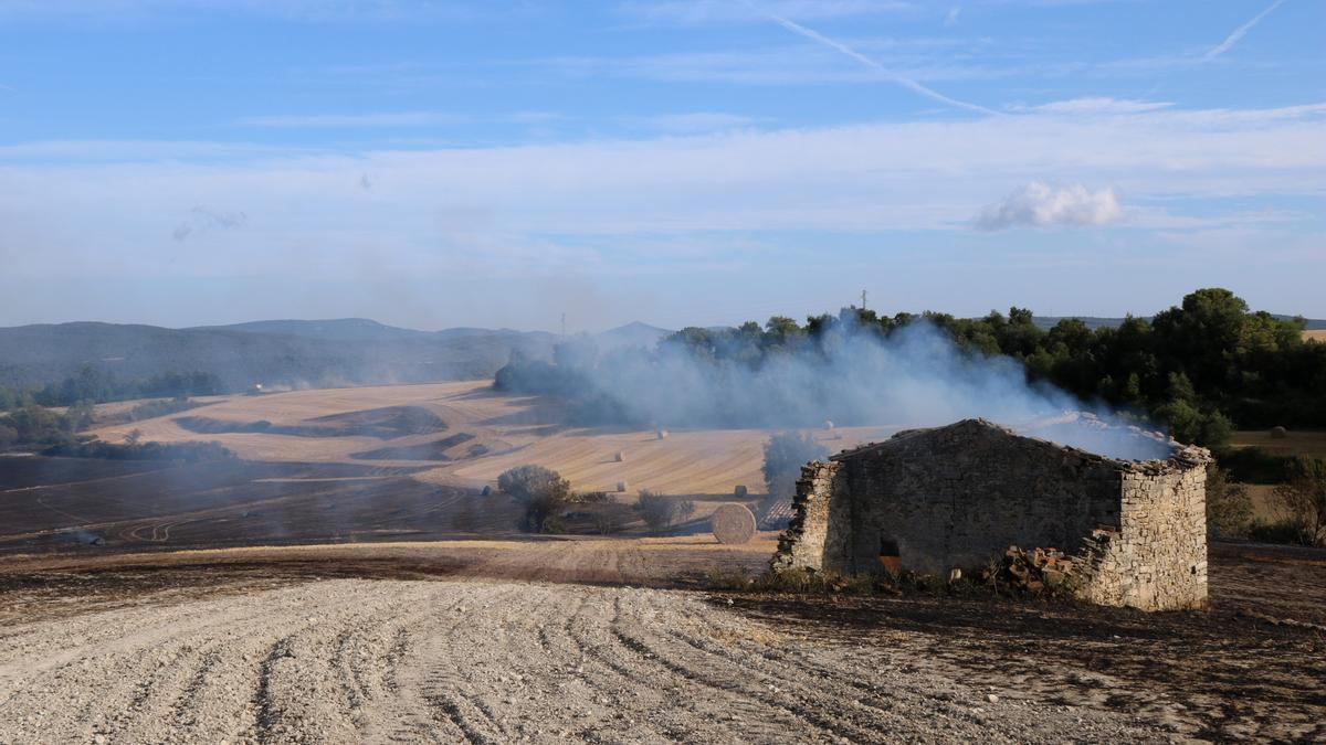 Pla general d'una barraca cremada al terme municipal de Santa Coloma de Queralt per l'incendi que afecta aquest municipi i Bellprat. Imatge del 24 de juliol del 2021 (Horitzontal).