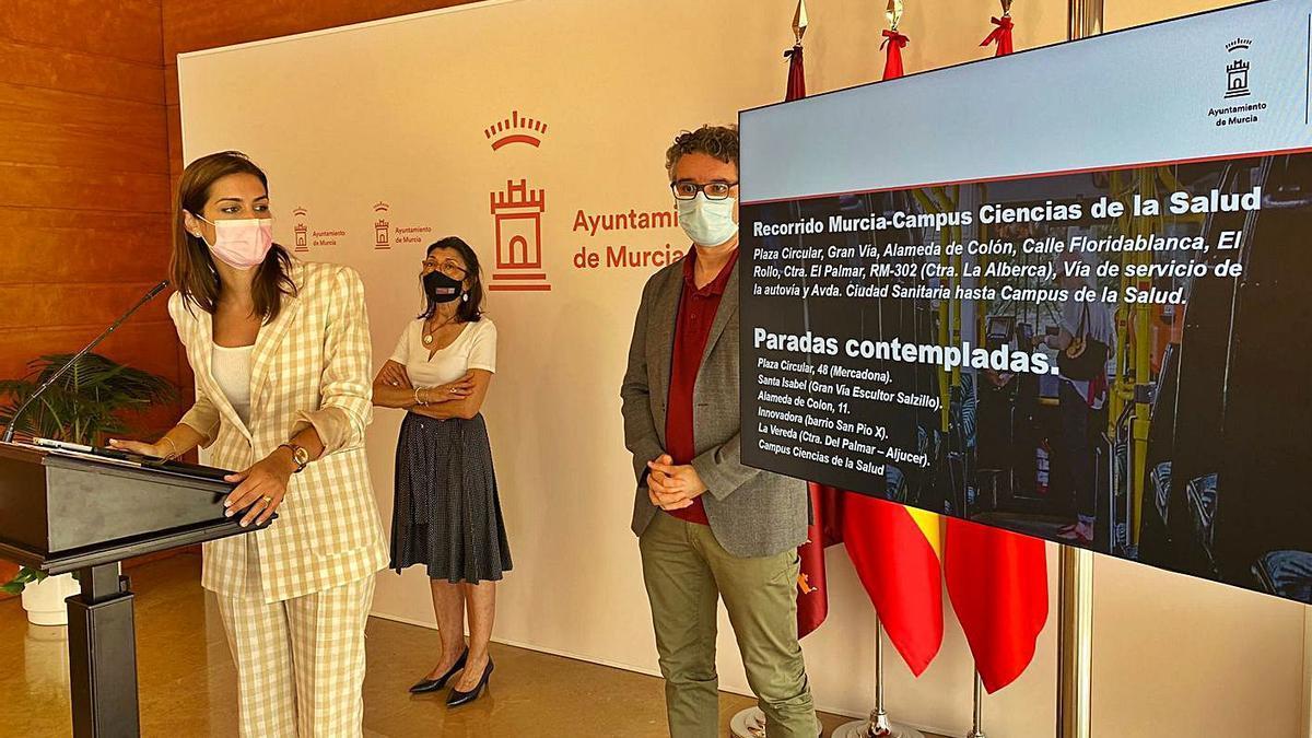 La concejala Carmen Fructuoso y el edil Antonio Benito presentaron ayer la nueva línea. | A.M.