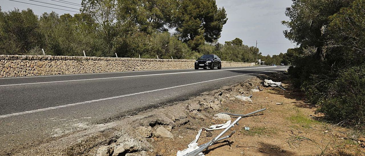 Restos del vehículo siniestrado en el lugar donde ocurrió ayer el accidente mortal.